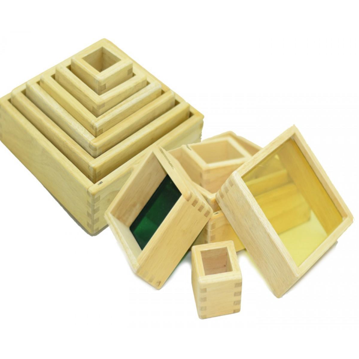 مكعبات خشبية متداخلة بقواعد بلاستيك شفاف